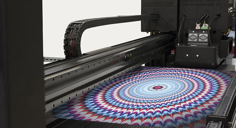 Sua excelente gama de cores e a altíssima flexibilidade da tinta, permite a utilização em diversas aplicações.